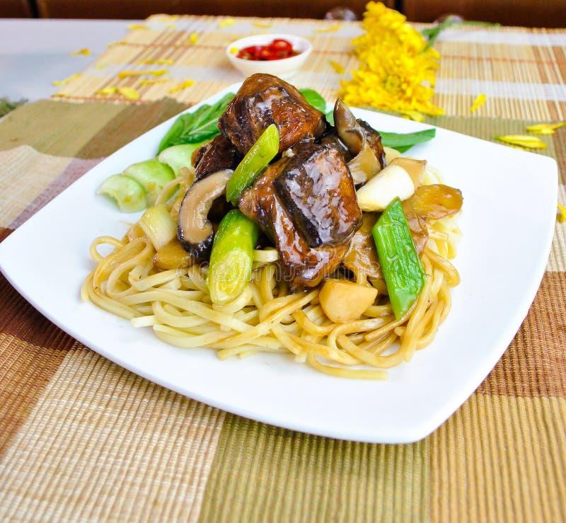 Hutspot gebraden eendnoedel, Aziatisch voedsel royalty-vrije stock afbeeldingen