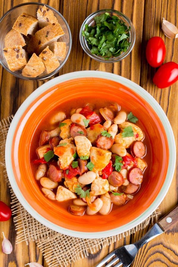 Hutspot met kip, worsten, bonen, tomaten, eigengemaakt de herfstdi stock afbeelding