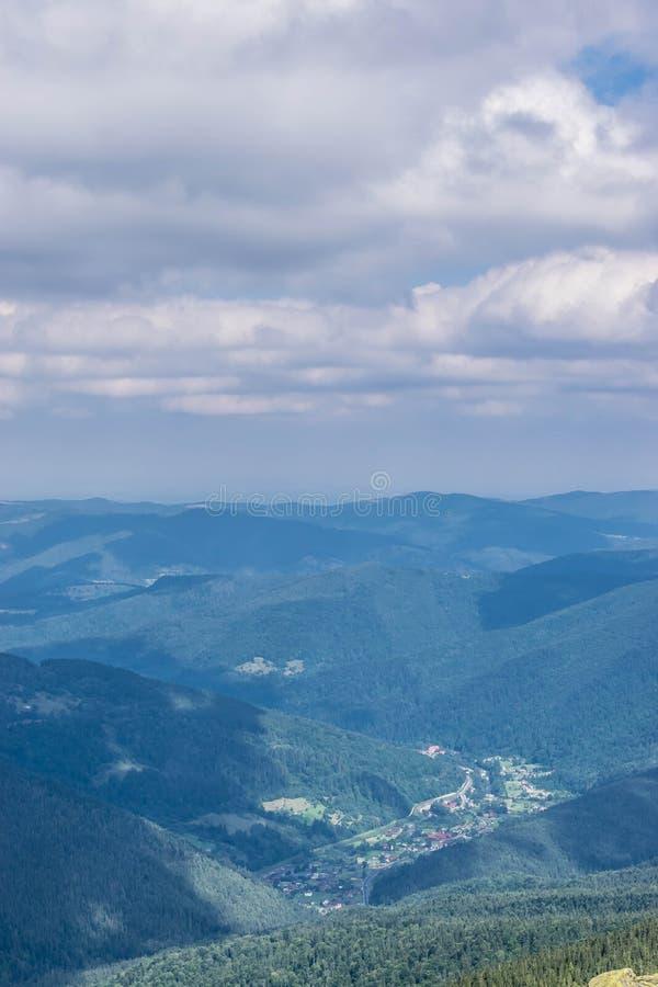 Hutsul by i de Carpathian bergen royaltyfri fotografi