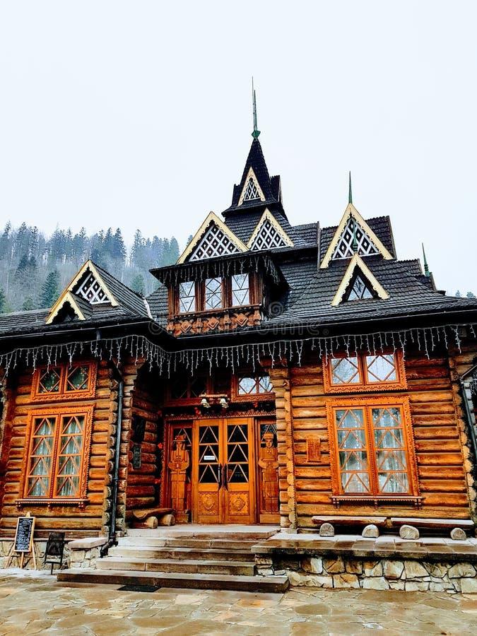 Hutsul tappningrestaurang i Yaremche, Carpathian berg, Ukraina royaltyfri foto