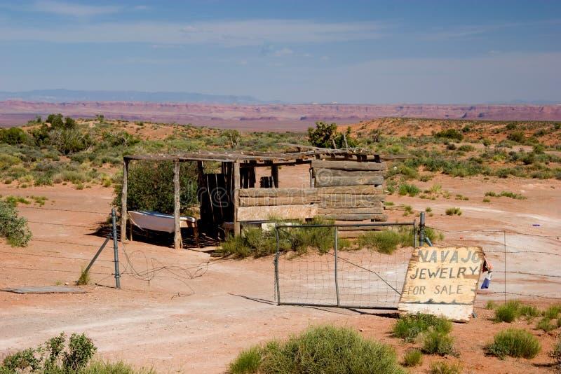 Hutte abandonnée sur le bord de la route vendant des bijoux de Navajo photo libre de droits