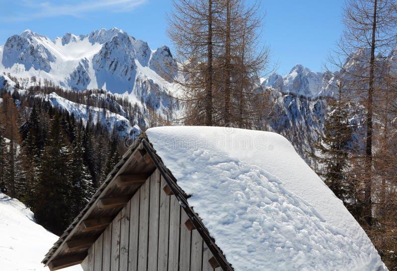 Hutte alpestre en hiver image stock