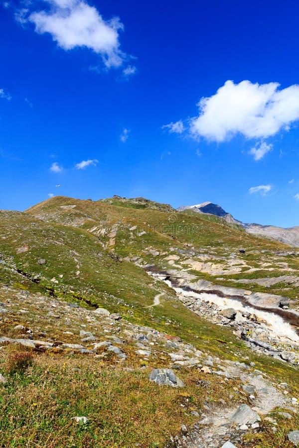 Hutte alpine Badener Hutte, montagne Kristallwand et courant rapide, Alpes de Hohe Tauern, Autriche images stock