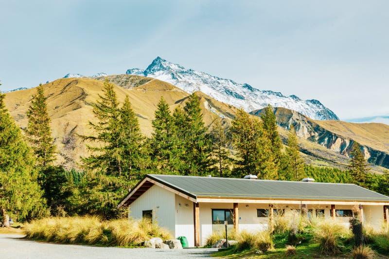 Hutte alpine sur la voie de vallée dans le cuisinier de bâti photographie stock