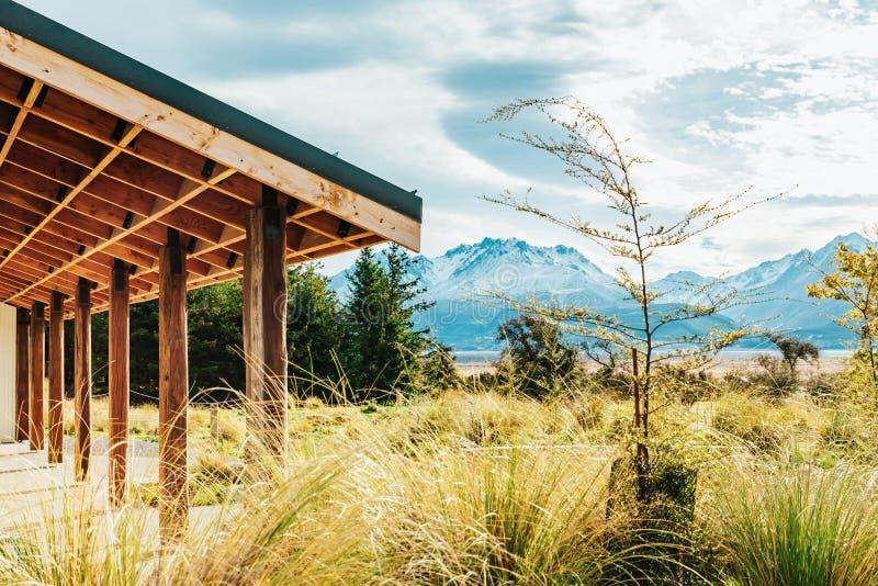 Hutte alpine sur la voie de vallée dans le cuisinier de bâti images stock