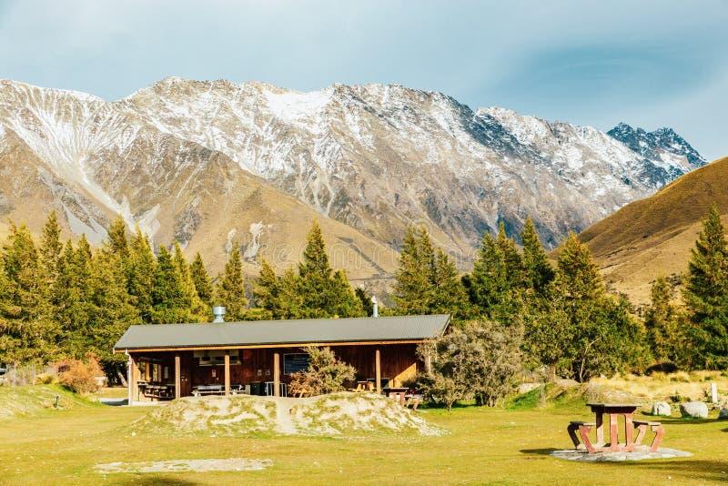 Hutte alpine sur la voie de vallée dans le cuisinier National Park de bâti photo libre de droits