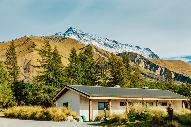 Hutte alpine sur la voie de vallée dans le cuisinier National Park de bâti photo stock