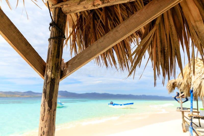 Hutte confortable de plage par la mer de l'intérieur Île de Paradise, Domi image libre de droits