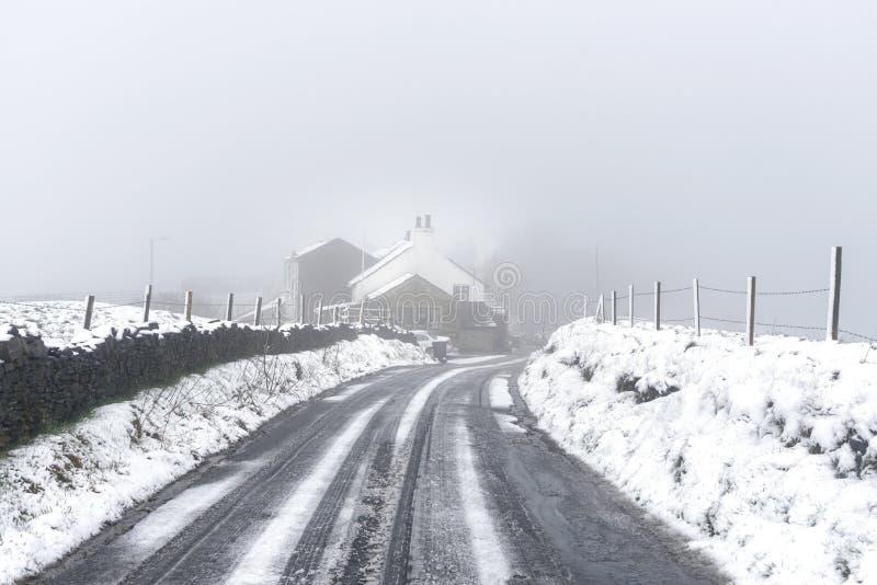 Hutte dans la campagne des Anglais de neige photographie stock libre de droits