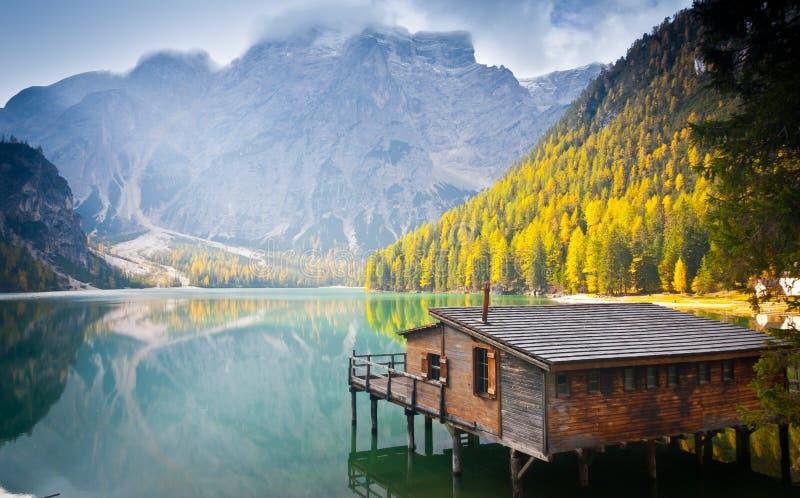 Hutte de lac Braies photographie stock libre de droits