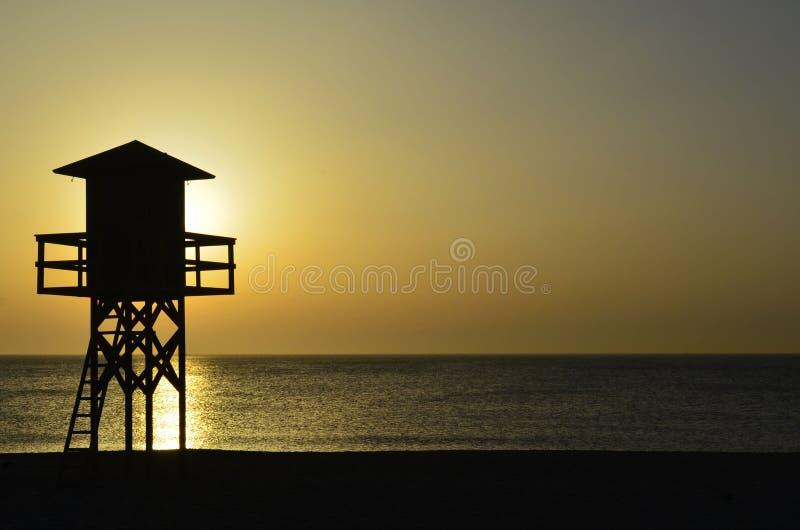 Hutte de maître nageur au lever de soleil dans le détroit du Gibraltar image libre de droits