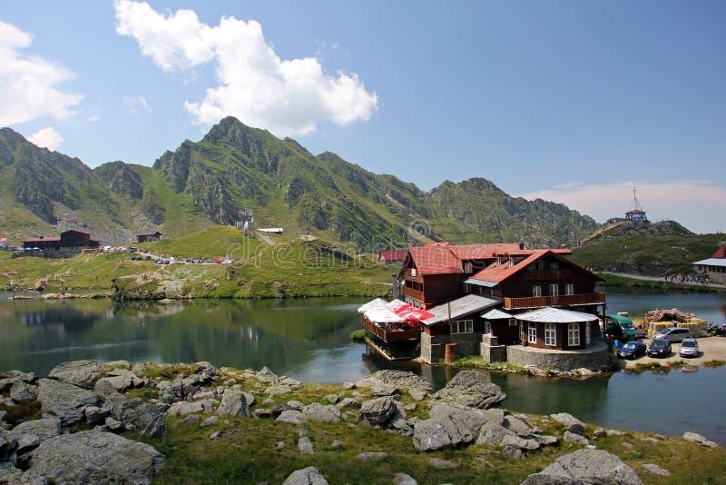 Hutte de montagne près de lac images stock