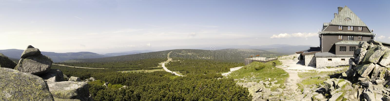 Hutte de montagne sur le dessus de Szrenica photographie stock libre de droits