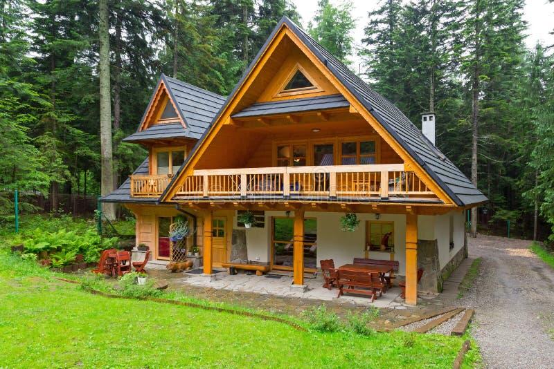 Hutte en bois dans la forêt de montagnes de Tatra images stock