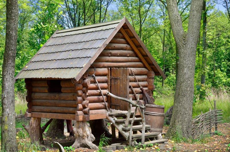 Hutte en bois dans la forêt, maison de sorcière Baba Yaga photo libre de droits