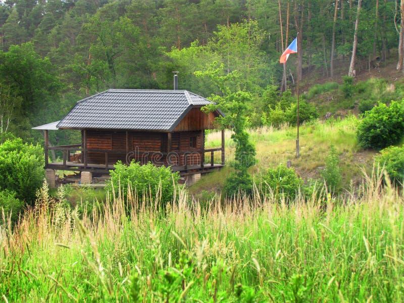 Hutte en bois de chasse de for?t, petite cabine dans le bois, photographie stock libre de droits