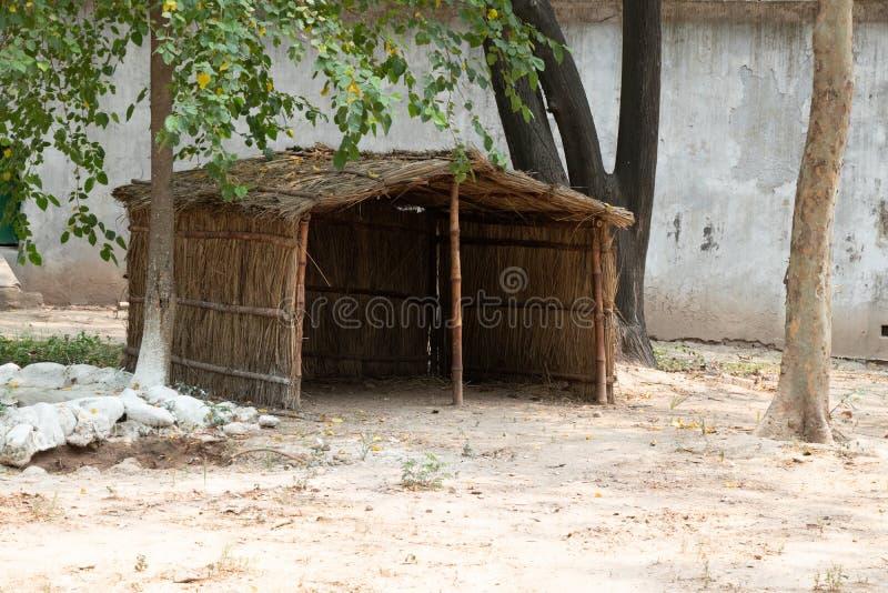 Hutte en bois et d'herbe dans le zoo photos libres de droits