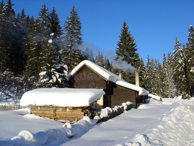 Hutte en hiver image stock