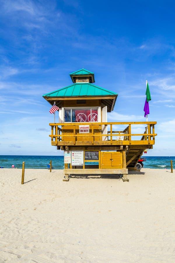 HUTTE ensoleillée de plage d'îles photos libres de droits