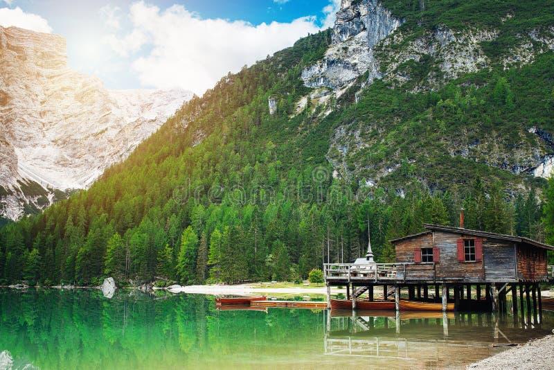 Hutte et bateaux aux braies de lac photographie stock libre de droits