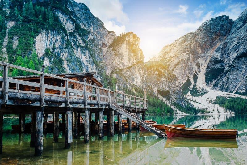 Hutte et bateaux aux braies de lac photos stock