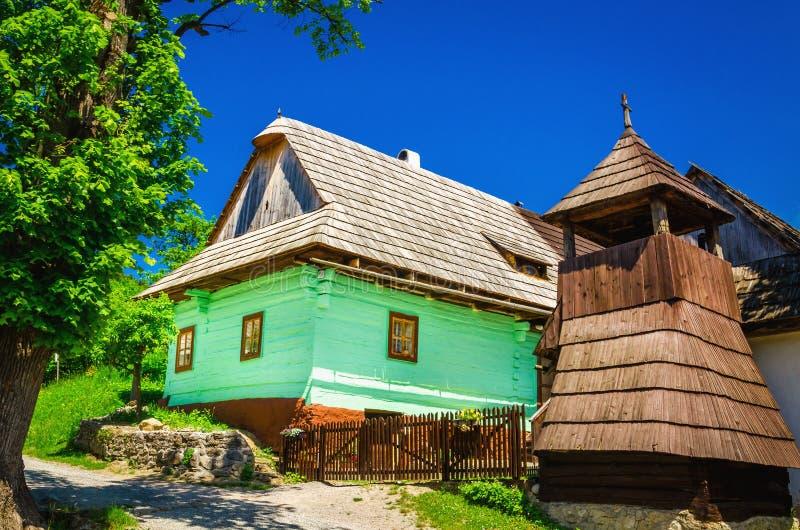 Hutte et beffroi verts en bois dans Vlkolinec, Slovaquie photo libre de droits