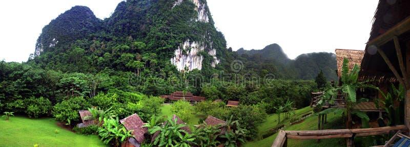 Hutte et montagnes en bambou photographie stock