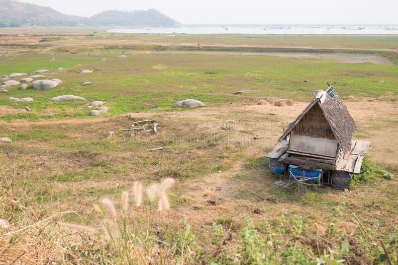 Hutte isolée près de lac images stock