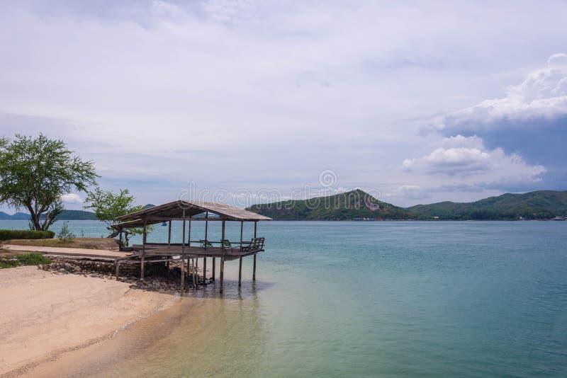 Hutte isolée sur la plage photo libre de droits