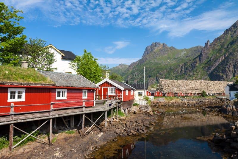 Hutte rouge typique de pêche de rorbu dans la ville de Svolvaer images stock