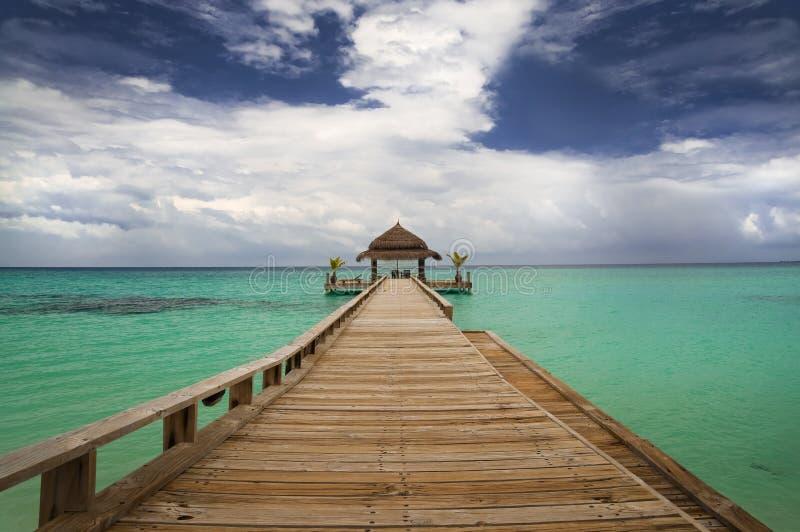 Hutte tropicale sur l'eau image stock
