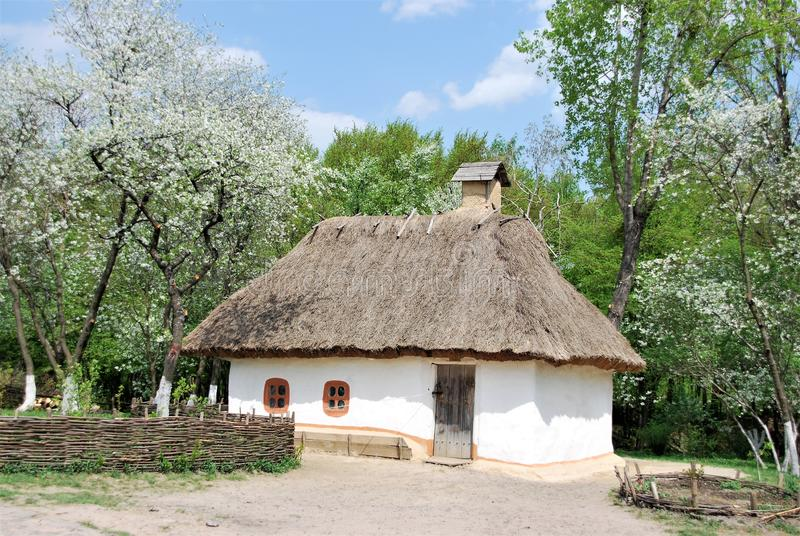 Hutte ukrainienne traditionnelle de maison pr?s de Kiev photo libre de droits