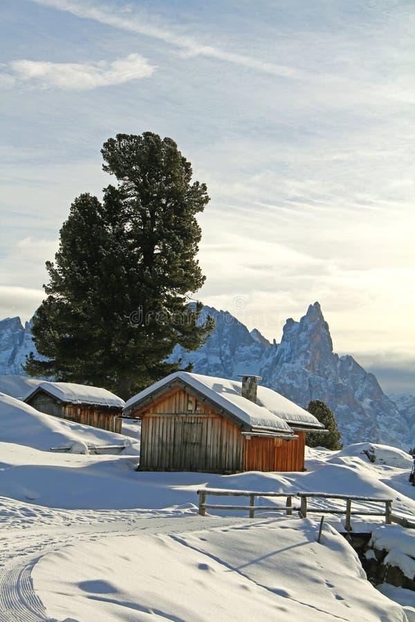 Huttes alpines sous la neige photographie stock libre de droits