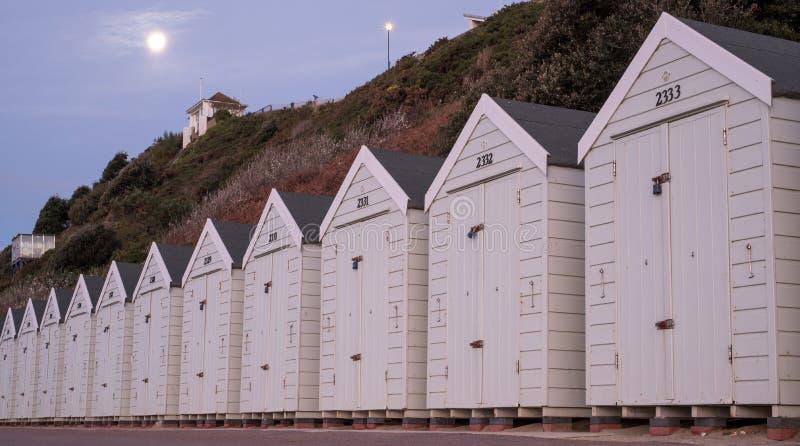 Huttes blanches de plage de couleur situées sur la promenade faisant face à la mer sur le bord de mer BRITANNIQUE de Bournemouth photo libre de droits