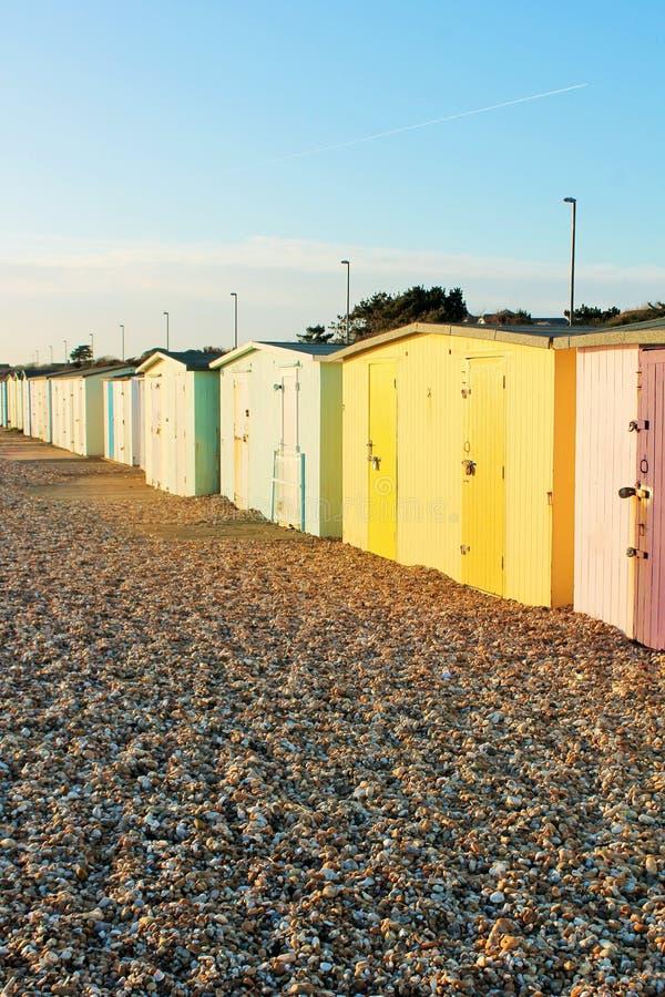 Huttes britanniques traditionnelles de plage au bord de la mer britannique images stock