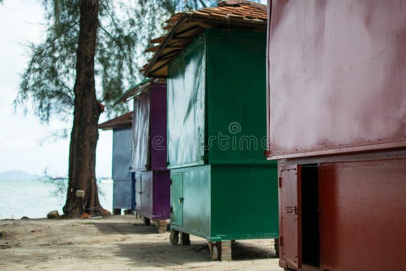 Huttes colorées à la plage photo libre de droits