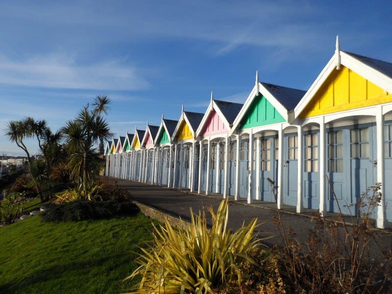 Huttes colorées de plage sur la plage de Weymouth photos stock