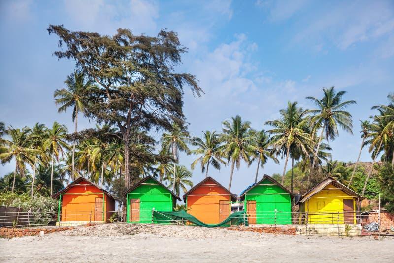 Huttes colorées sur la plage photo stock