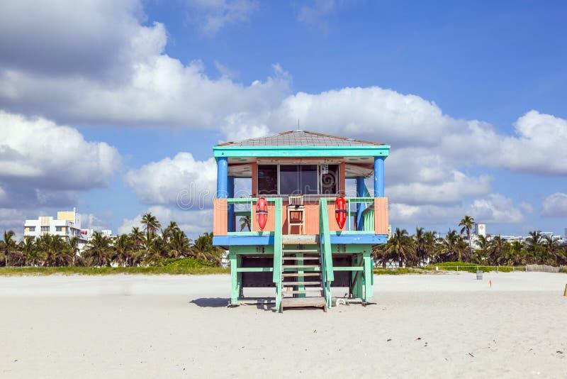 Huttes de plage à la plage blanche photo libre de droits