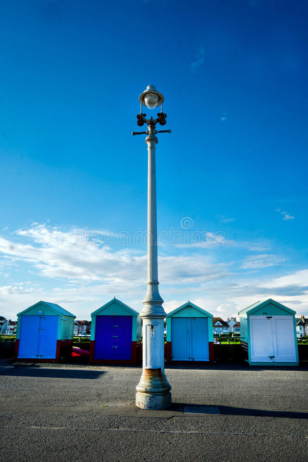4 huttes de plage et réverbères sur Brighton Promenade image libre de droits