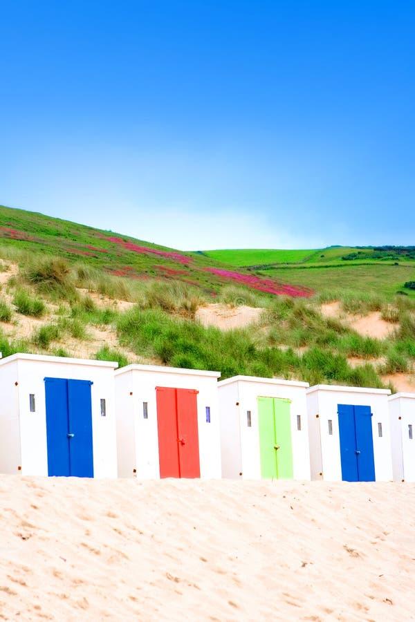 Huttes de Sun le long de plage sablonneuse photos stock