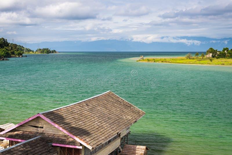 Huttes de village et d'échasse chez Tentena sur le lac Poso dans Sulawesi central, destination de touristes célèbre en Indonésie image libre de droits