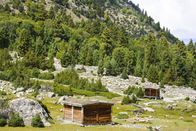 Huttes en bois à la prairie de camp de Beyal photographie stock libre de droits