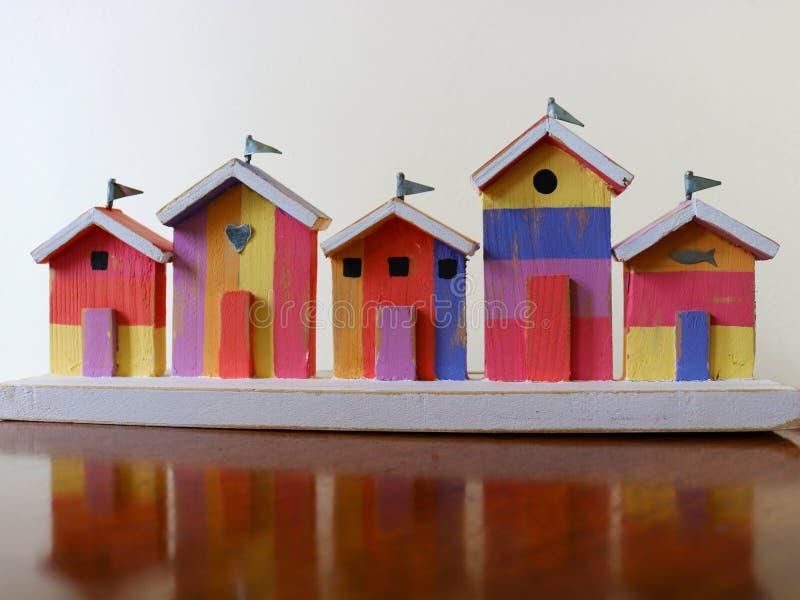 Huttes en bois miniatures colorées de plage photographie stock libre de droits
