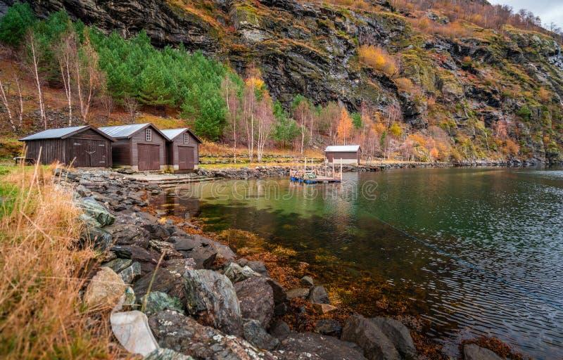 Huttes en bois sur le rivage d'un fjord, Flam photo libre de droits