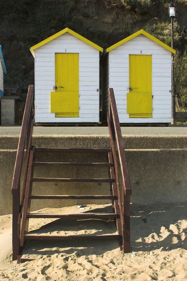 Huttes jaunes et blanches de plage photographie stock