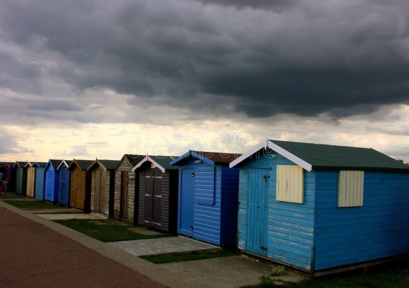 Huttes orageuses de plage photographie stock libre de droits