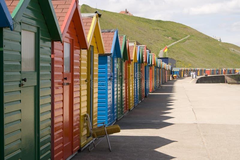 Huttes peintes colorées de plage chez Whitby photo libre de droits