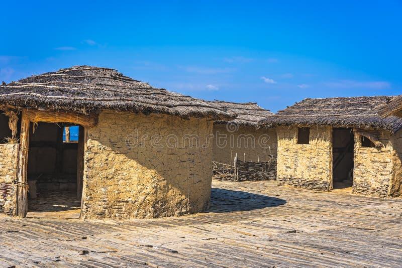 Huttes reconstruites dans la baie des os images libres de droits