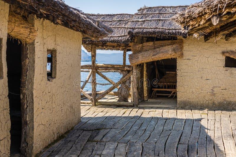 Huttes reconstruites dans la baie des os photos libres de droits